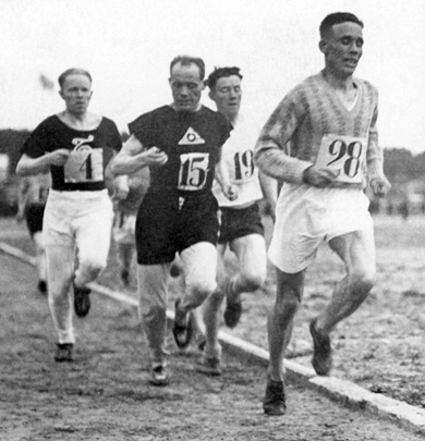 Paavo_Nurmi_checks_his_stopwatch_in_1928